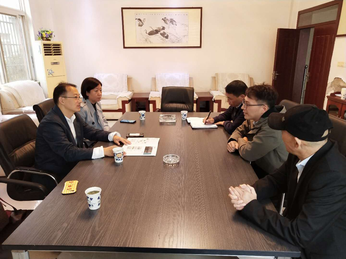 Zhang Yi, Deputy Director of the Trade Development Division of the Provincial Department of Commerce, and Wang Yanni, Section Chief of the Foreign Trade Section of the Municipal Bureau of Commerce, visited Yixiu District for investigation